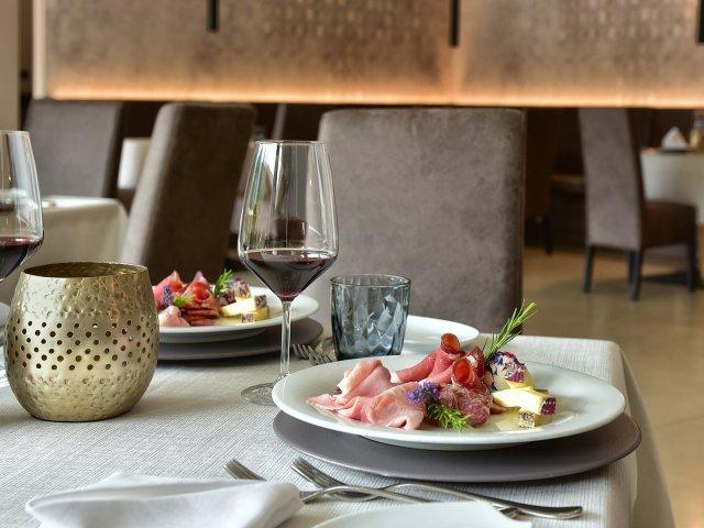 hotel-das-stachelburg-speisesaal-tisch.jpg